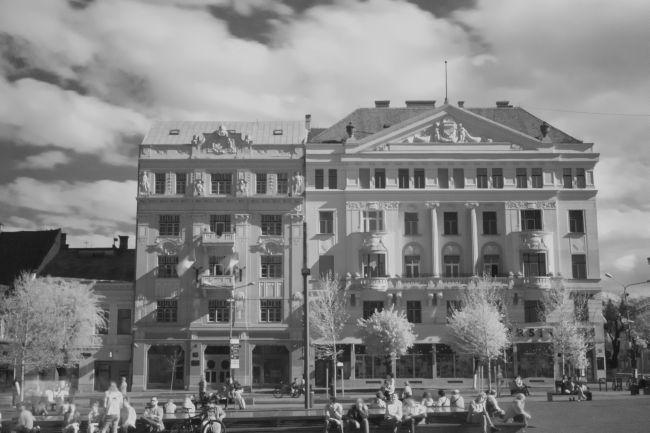 Palatul Primei Societăți Maghiare de Asigurări (viitoarea Prima Ardeleană- dreapta). În stânga, Palatul Băncii de Economii și Credit (azi Banca Națională Cluj)